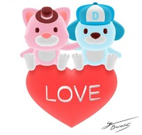刻有LOVE桃心上的两只卡通小熊