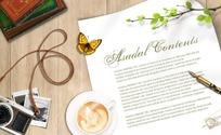 木板桌面上的信纸相机咖啡等各种文具