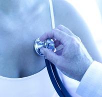把听诊器放在女子胸前检查的医生