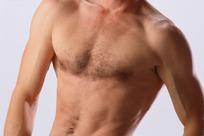 欧美男子的带毛的胸部