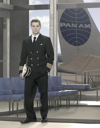 站在候机厅的外国乘务人员