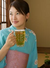 穿和服手拿啤酒杯微笑的女孩