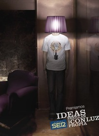 一张男人头伸进灯罩的创意广告素材