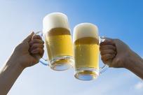蓝天下干啤酒