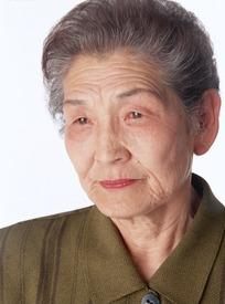 头发花白的表情严肃的老奶奶