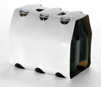 用卡纸包着的一箱啤酒