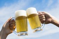 在蓝天下干啤酒