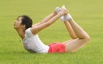 草地上做瑜伽的美女