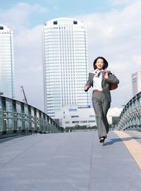 男人向前奔跑过来的图片_正在向前奔跑的职业男子职业人物图片职业人