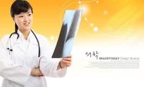 手拿X光片观看的医生PSD素材