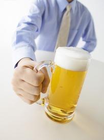 手拿着的啤酒杯