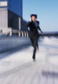 男人向前奔跑过来的图片_提着箱子向前奔跑的男子的背影图片_职业人物