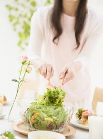 美女制成的蔬菜沙拉