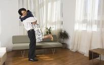 在家里欢乐抱在一起的恩爱夫妻