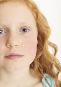 在微流泪的小女孩特写