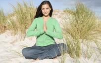 在野外做瑜伽动作的欧美女子