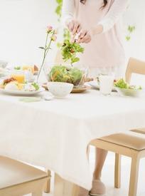 正将蔬菜放进玻璃碗的美女