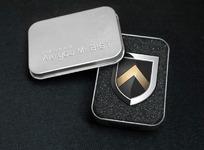 精致金属盒里的Mr.BIG标志徽章