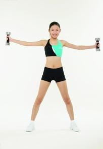 右手握哑铃锻炼的健身美女