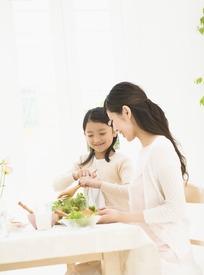 一起做蔬菜沙拉的母女