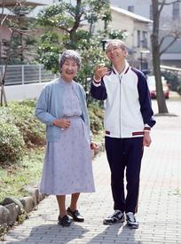 在马路花坛边谈话的老夫妻
