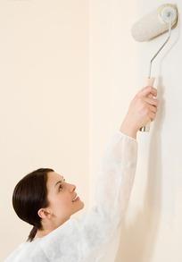 正在刷墙漆的美女