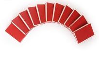 多本书籍排列成扇形的红色封面书籍