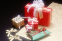 发光的礼品包装盒和小圣诞老人
