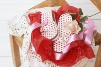 放在凳子上的拖鞋玫瑰