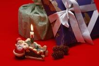 礼品包装盒和点燃的蜡烛
