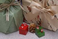 礼品包装盒和小圣诞老人