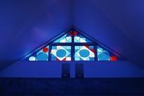 三角形屋顶和彩色几何镶嵌玻璃图案