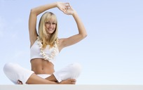 做着瑜伽动作的金发美女