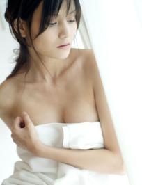 裹着浴巾低着头的美女