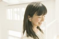 一个戴耳机听歌的女孩