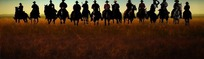 草原上的一群牛仔剪影