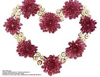 红色非洲菊与小花蕾组成的心形图案