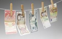 夹在晾衣绳上的各国钱币