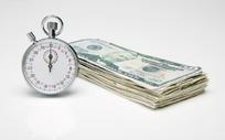 纸币旁边的银色计时表