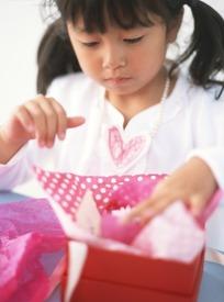 打开礼品盒小女孩
