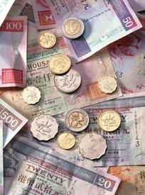 港币上摆放的硬币高清摄影图片