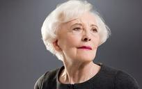 穿黑色衣服白色头发的外国老年女人图片