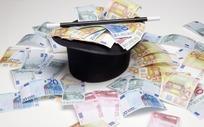 黑色魔术帽中与周围散落的欧元