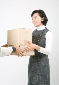接过纸盒箱的中年女人