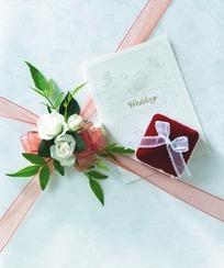 礼盒粉蝴蝶结白花绿叶装饰
