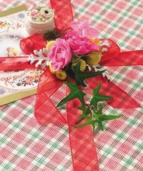礼盒红色蝴蝶结红花装饰