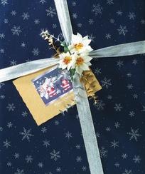 礼盒银色彩带白花结装饰