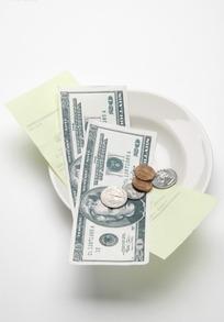 盘子里的超市收银纸与美元现金