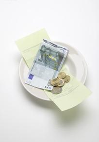 盘子中的超市收银条与欧元