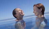 泡在水池里的性感美女摄影图片